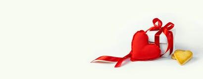 dia do ` s do Valentim do conceito Toy Heart macio vermelho e caixa de presente branca com fita vermelha e pouca cookie na forma  Imagens de Stock