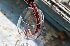 Dia do ` s do Valentim, data, amor, celebração Vinho vermelho de derramamento Wine em um vidro, foco seletivo, borrão de moviment fotografia de stock