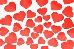 Dia do `s do Valentim Lotes de corações cortados vermelhos de tamanhos diferentes em um fundo branco foto de stock royalty free