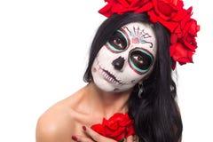 Dia dos mortos Halloween A jovem mulher no dia da arte inoperante da cara do crânio da máscara e aumentou Isolado no branco close imagem de stock