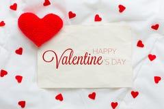 Dia e coração felizes de Valentim Carde com dia e coração felizes de Valentim no fundo de madeira Imagens de Stock Royalty Free