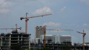 Dia e guindaste com construção civil na cidade Tailândia de Banguecoque, Timelapse video estoque