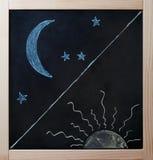 Dia e noite conceito dos opostos no quadro-negro Fotografia de Stock Royalty Free