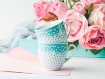 Dia e rosas do ` s do Valentim do cartão do rosa do papel vazio Fotografia de Stock Royalty Free