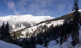 Dia ensolarado bonito e a neve em Suíça italiano ar Foto de Stock