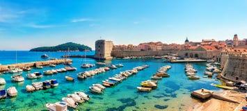 Dia ensolarado bonito sobre a baía na cidade velha dianteira de Dubrovnik Fotografia de Stock