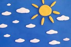 Dia ensolarado bonito Sun e nuvens em um céu azul fotos de stock royalty free