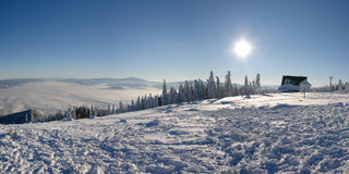Dia ensolarado brilhante na parte superior da montanha de Skrzyczne. Imagens de Stock Royalty Free