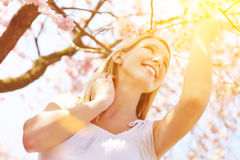 Dia ensolarado com a mulher sob a árvore de cereja imagens de stock royalty free