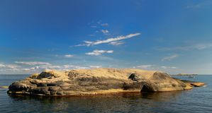 Dia ensolarado de ilha rochosa com em dia ensolarado foto de stock