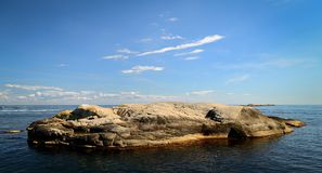 Dia ensolarado de ilha rochosa de Noruega imagem de stock royalty free