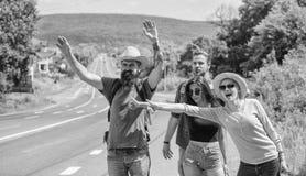 Dia ensolarado de viagem dos caroneiros dos amigos Comece a grande aventura em sua vida com a carona Viajantes dos amigos da empr foto de stock