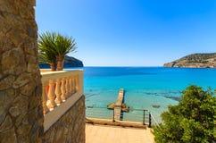 Dia ensolarado do apartamento da casa de campo do mar da praia da vista foto de stock royalty free