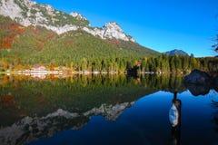 Dia ensolarado do outono fantástico no lago Hintersee Cena bonita de fotografia de stock
