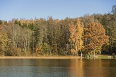 Dia ensolarado do outono no lago Foto de Stock Royalty Free