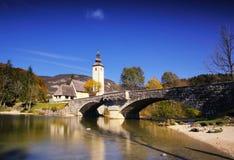 Dia ensolarado do outono no lago Bohinj, Eslovênia Imagens de Stock Royalty Free