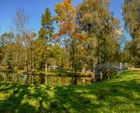 Dia ensolarado do outono no parque em Gatchina fotos de stock