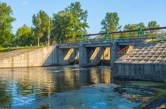 Dia ensolarado em um rio calmo no verão Imagens de Stock