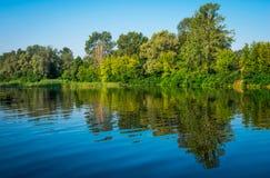 Dia ensolarado em um rio calmo no verão Foto de Stock