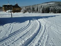 Dia ensolarado na paisagem da montanha do inverno Fotos de Stock
