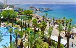 Dia ensolarado na praia da areia da cidade de Eilat, Israel Imagens de Stock