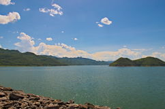 Dia ensolarado na represa de Srinakarin imagens de stock royalty free