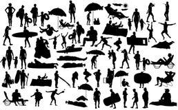 Dia ensolarado na silhueta da praia sobre 50 caráteres dos povos ilustração do vetor