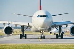 Dia ensolarado no aeroporto ocupado Imagem de Stock
