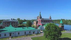 Dia ensolarado no monastério de Staraya Ladoga de São Nicolau Vídeo da antena de Rússia filme