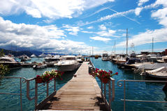 Dia ensolarado no porto com barcos brancos Fotografia de Stock Royalty Free