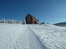 Dia ensolarado no recurso do inverno nas montanhas gigantes Imagens de Stock