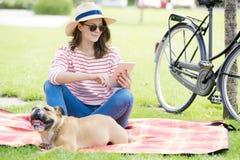 Dia ensolarado relaxado com o cachorrinho no parque imagem de stock