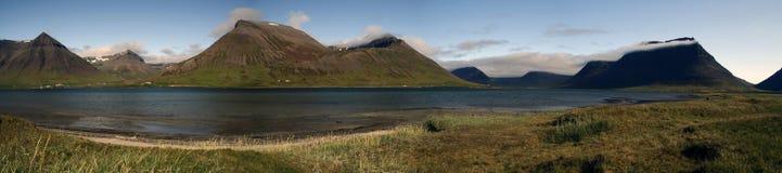Dia ensolarado sobre Sugandafjordur em Wesfjords, Islândia Foto de Stock Royalty Free