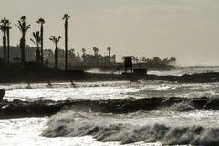 Dia ensolarado tormentoso em um harborwalk fotografia de stock