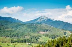 Dia fantástico nas montanhas que incandescem na luz solar fotos de stock royalty free