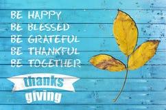 Dia feliz da ação de graças com o cartaz do projeto em de madeira azul Foto de Stock