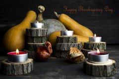 Dia feliz da ação de graças, decoração em uma tabela de madeira com Burnin Imagem de Stock Royalty Free