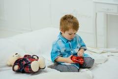 dia feliz da família e das crianças Infância feliz Cuidado e desenvolvimento Dia surpreendente Jogo do rapaz pequeno em casa Litt fotografia de stock royalty free