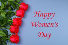 Dia feliz do ` s da mulher 8 de março Rosas em uma tabela cinzenta Fotografia de Stock Royalty Free
