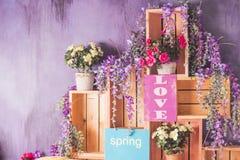 Dia feliz do `s do Valentim Flores da mola, decoração festiva Coração verde estilizado da ilustração do vetor Interior do partido Foto de Stock