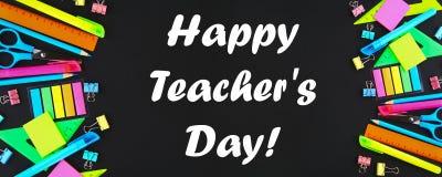 Dia feliz dos professores Fontes de escola no fundo do quadro-negro pronto para seu projeto Configuração lisa Vista superior imagens de stock royalty free