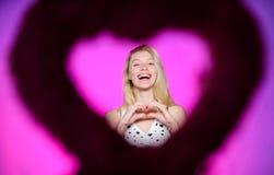 Dia feliz dos Valentim Atributo do dia de Valentim Prepare o dia de Valentim da celebração Amor e romance Vista através do coraçã imagem de stock