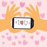 Dia feliz dos Valentim Os pares guardam o telefone esperto com si da mão do amor Fotografia de Stock Royalty Free