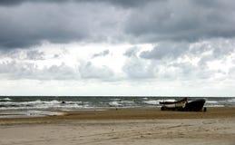 Dia frio pelo mar foto de stock royalty free