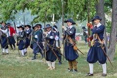 Dia histórico do reenactment de Brno Os atores em trajes históricos da infantaria recarregam mosquetes antes do ataque novo fotografia de stock royalty free