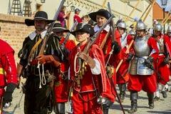 Dia histórico do reenactment de Brno Os soldados de infantaria em trajes históricos com mosquetes e a outra arma marcham em torno imagens de stock