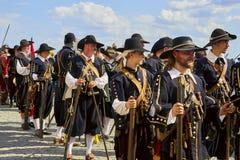Dia histórico do reenactment de Brno Os soldados de infantaria em trajes históricos marcham em torno da cidade fotografia de stock