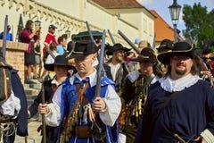 Dia histórico do reenactment de Brno Os soldados de infantaria em trajes históricos marcham em torno da cidade imagem de stock royalty free