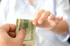 Dia i soldi a qualcuno come dono per suggerire un sistema corrotto immagine stock libera da diritti
