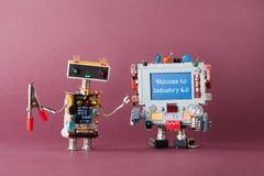 Dia il benvenuto a all'industria 4 La parola di colore rosso situata sopra testo di colore bianco Robot dello specialista dell'IT immagine stock libera da diritti
